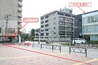 ローソンの交差点を矢印方向へ(三井住友銀行方向へ)