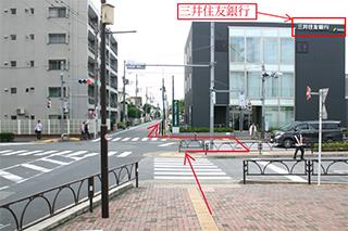 三井住友銀行とマンションの間の道を直進
